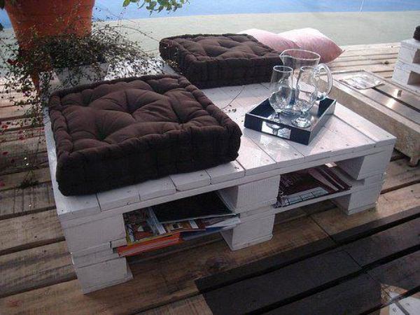 Мебель из старых деревянных поддонов, которую можно изготовить своими руками, имеет довольно оригинальный внешний вид.