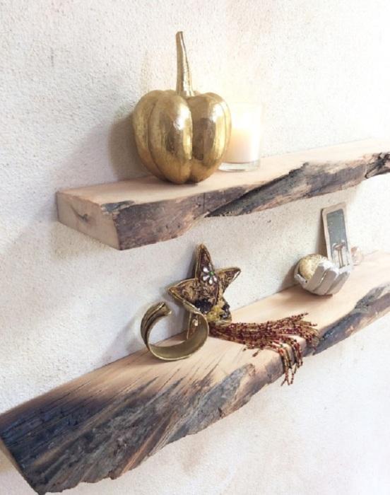 Настенные полки из обугленной древесины с великолепным естественным рисунком.