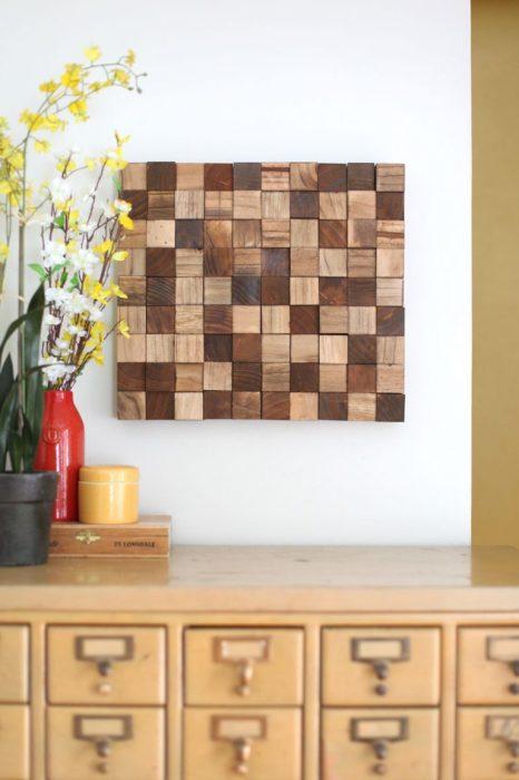 Украшение стены спилами деревянных брусьев.