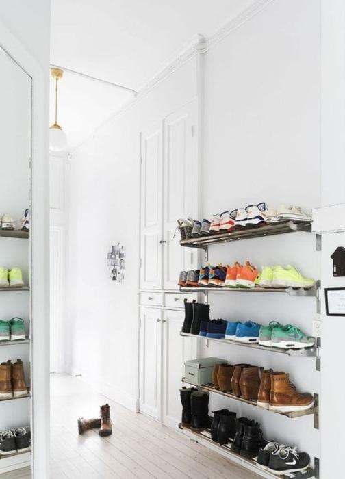 Навести порядок в обувном беспорядке помогут настенные металлические полки.