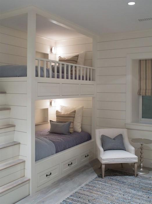 Классическая деревянная двухъярусная кровать с подсветкой в стиле кантри.