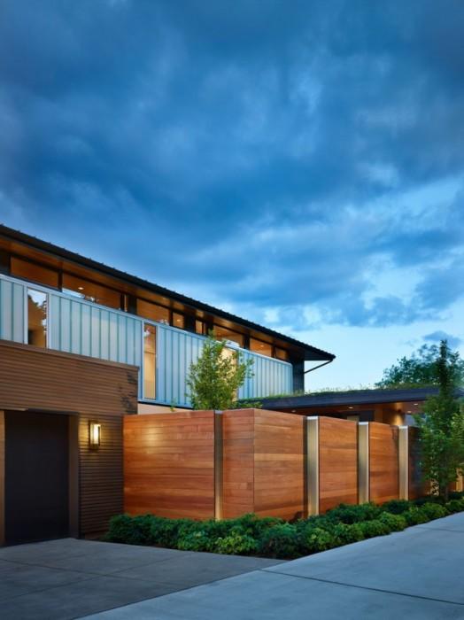 Классическая конструкция забора, изготовленная из высококачественной древесины.
