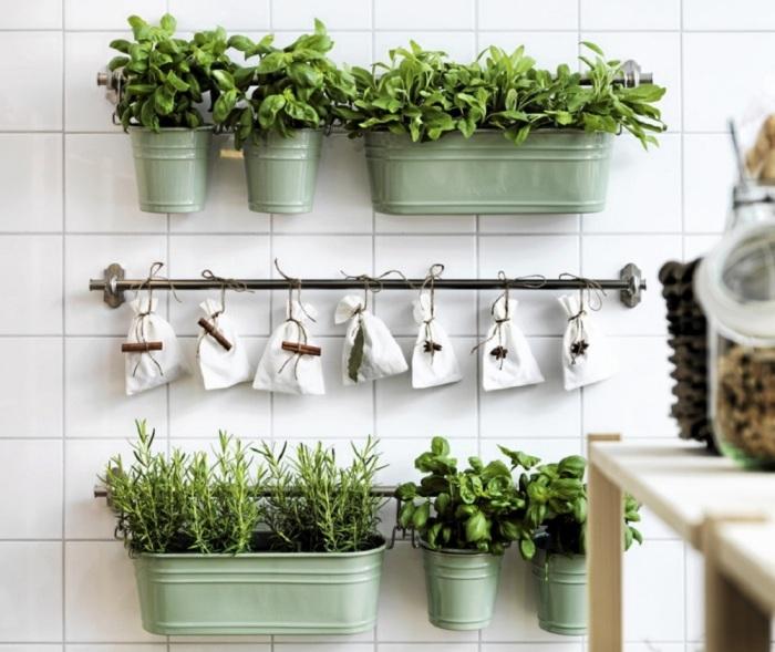 Полочки, которые можно сделать из небольших металлических труб, прекрасно подойдут для размещения горшков с комнатными растениями.