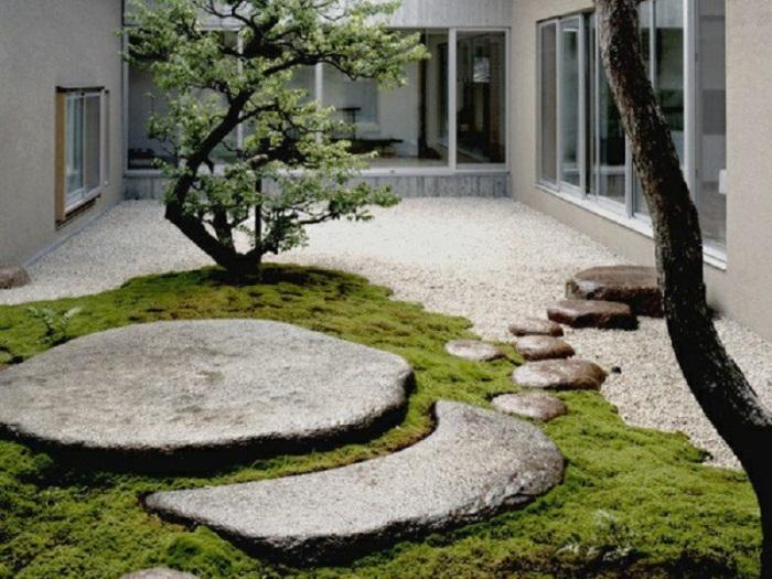 Маленький сад в стиле минимализма - отлично впишется в интерьер загородного дома.