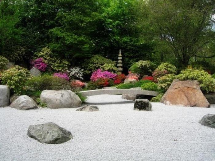 По-настоящему яркий и гармоничный садовый участок в восточном стиле.