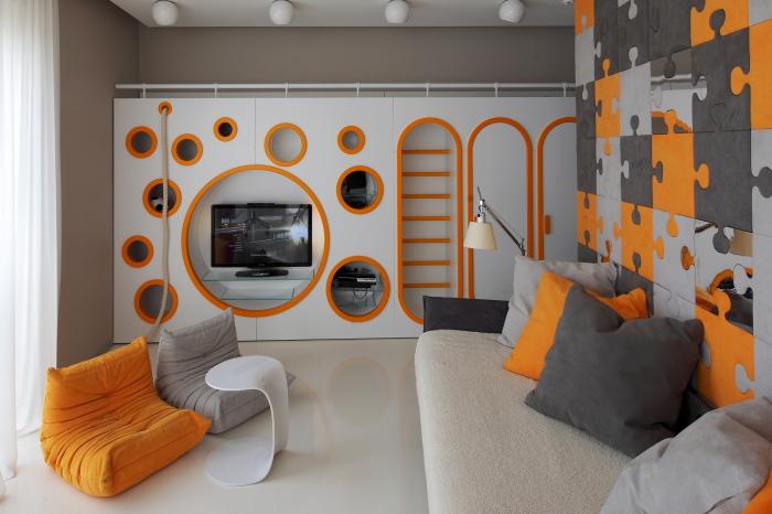 Использование яркой модульной мебели для экономии пространства.