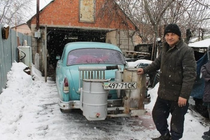 Украинец сделал машину на дровах.