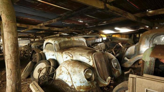 Старинные автомобиле в техасском сарае.