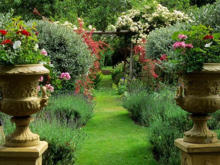 Интересное дополнение к интерьеру сада.
