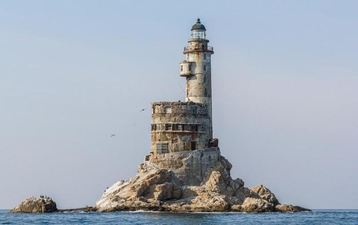 Уникальный маяк стоит без дела и почти полностью разворован мародерами.