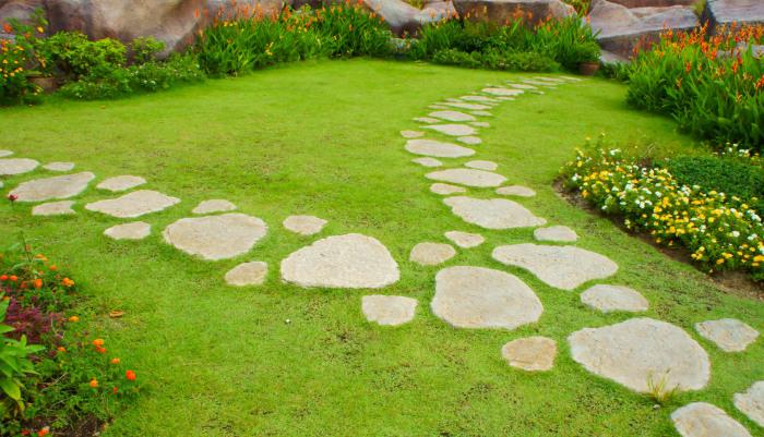 Дизайн сада с каменными дорожками.