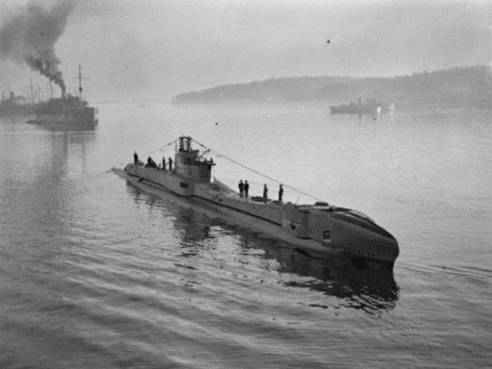 Подводная лодка HMS Thunderbolt в гавани после патрулирования. Члены экипажа стоят на палубе. Фото: thevintagenews.com.