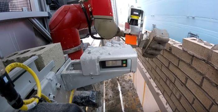 Робот-каменьщик уволит всех людей.
