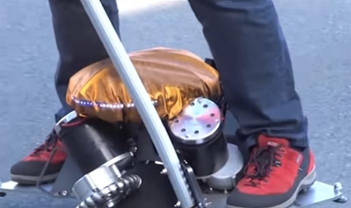 Новый сегвей без колес для езды по городу.
