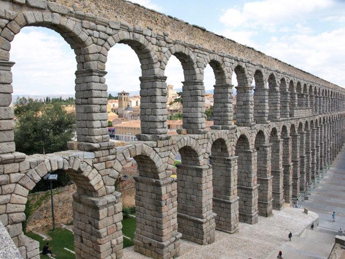 Акведуки римляне также популяризировали.
