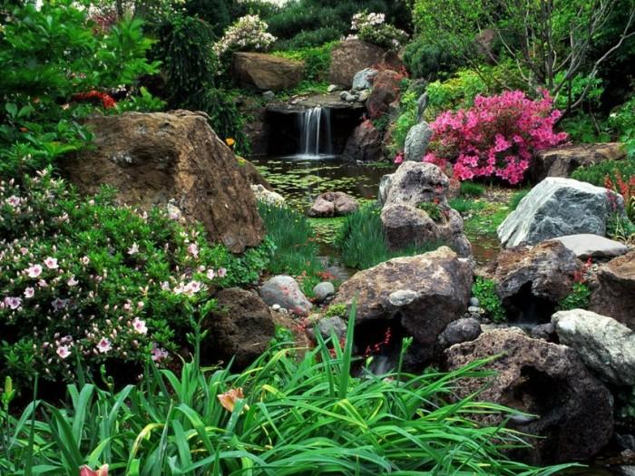 Декоративные кусты и искусственный водопад.