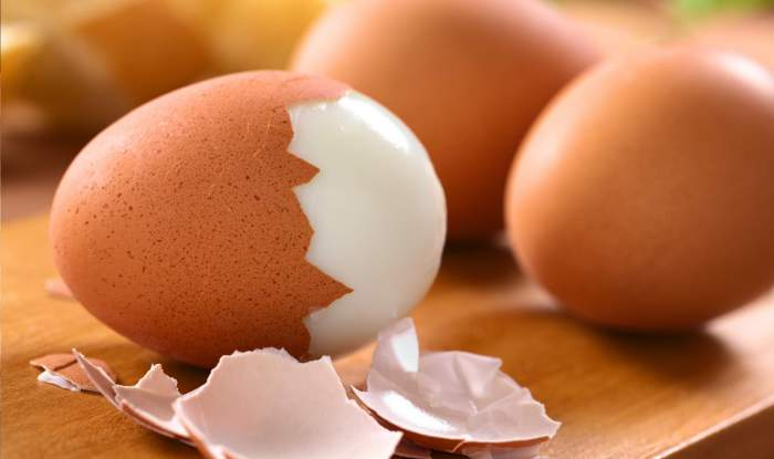 Чистим яйцо водой.