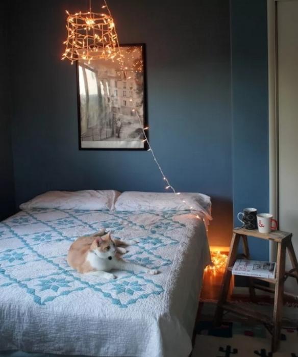 Гирлянда вместо прикроватной лампы.