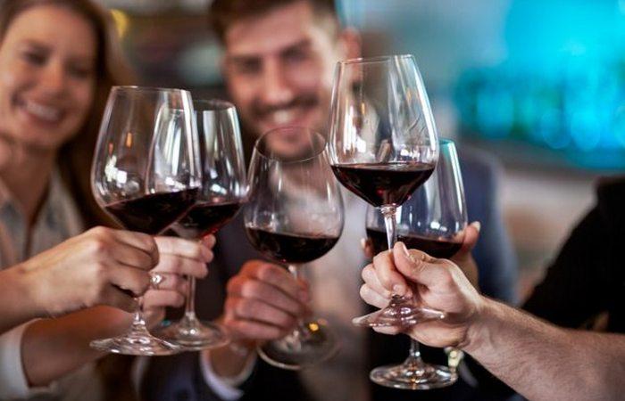 Бокал для вина больше, чем кажется.