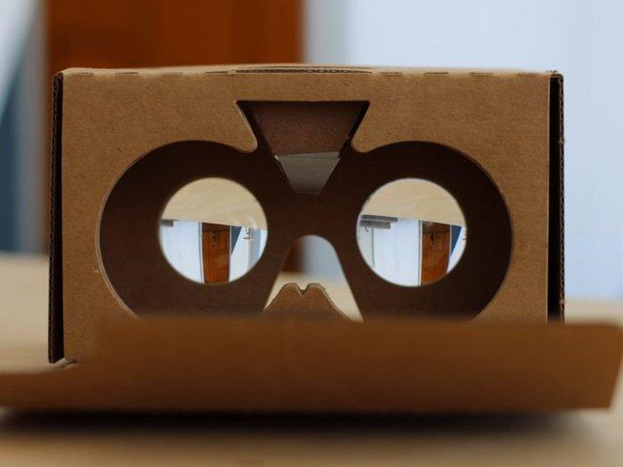 Девайс виртуальной реальности Google Cardboard.