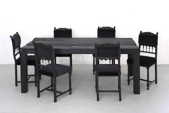 Сожженные стол и стулья.