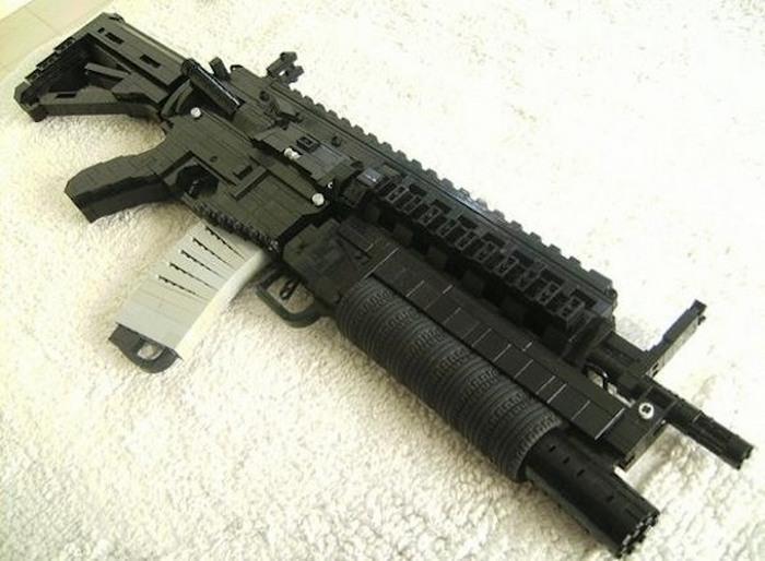 LEGO-оружие в натуральную величину.