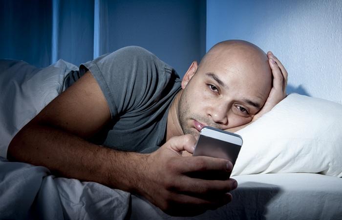 Чтобы выспаться необходимо отложить гаджеты.