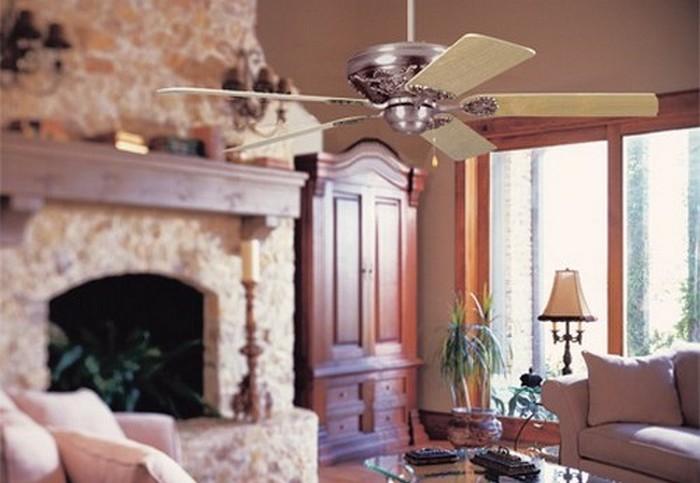 Вентилятор под потолком.