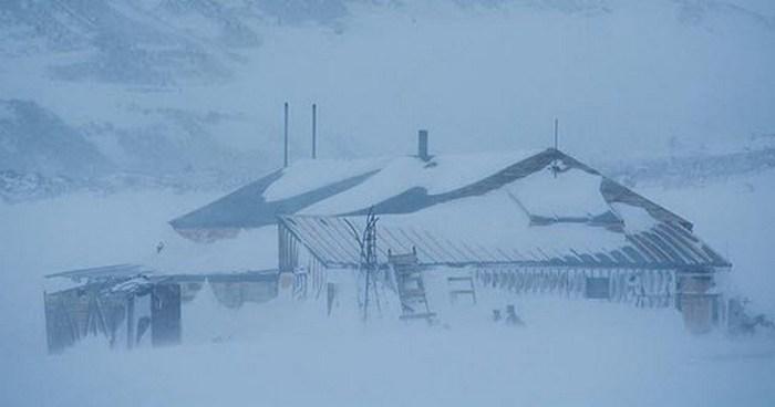 Заброшенный дом в Антарктике.
