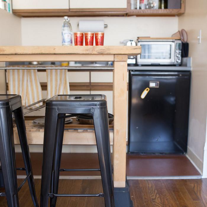 Мини-холодильник - идеальный размер для маленькой квартиры.