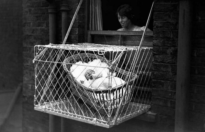 Нелепый гаджет: подвесная клетка для младенцев.