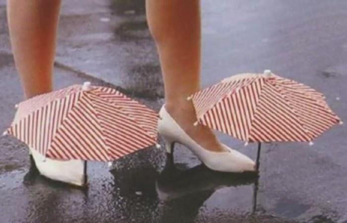 Нелепый гаджет: обувь с зонтиком.