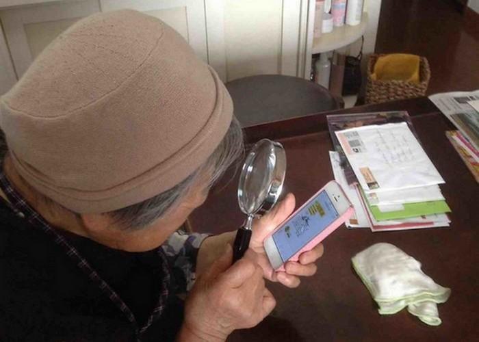Бабушка, смартфон, лупа...