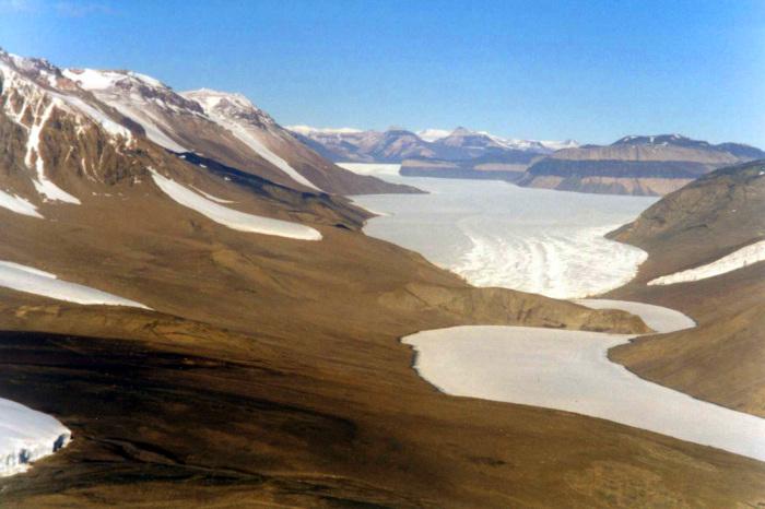 В Антарктиде есть реки, озёра и ущелья.