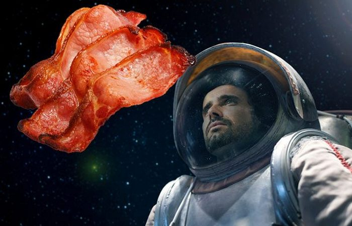 Первой едой на Луне был бекон.