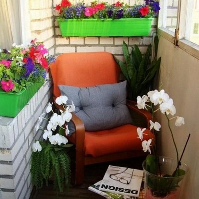 Кресло на балконе для комфортного отдыха.