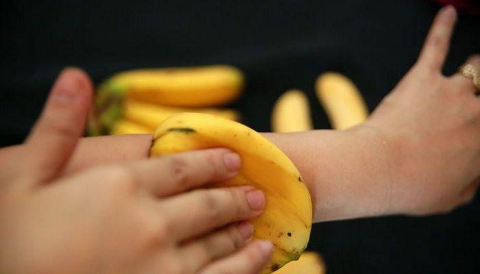 Банановая кожура поможет с увлажнением сухой кожи.