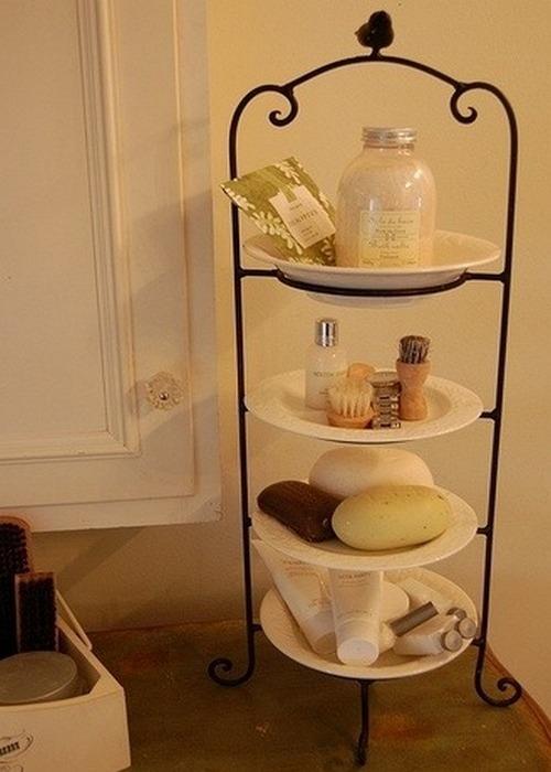 Многоярусная конфетница в ванной комнате.