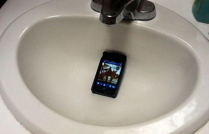 Смартфон в раковине.