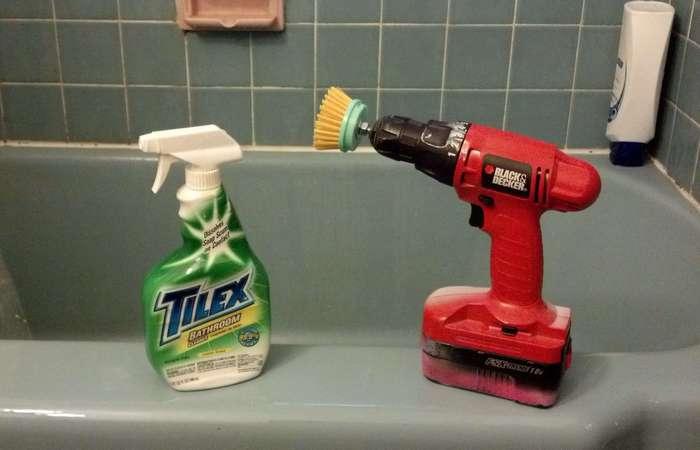Щетка, дрель и чистящее средство.
