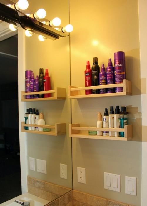 Полочки для шампуней и лосьонов в ванной комнате.