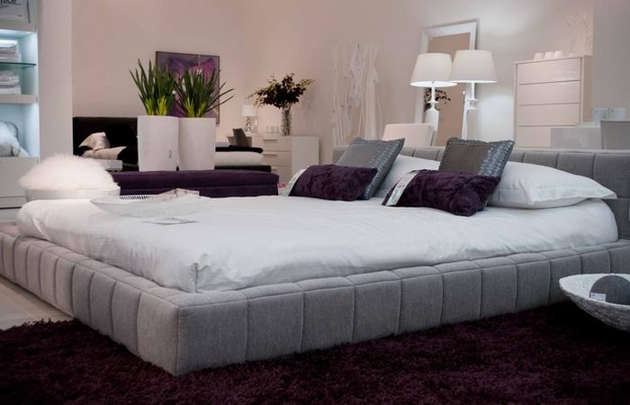 Большая кровать в спальне.