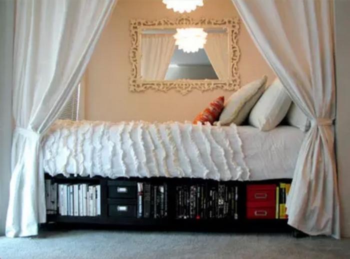 Кровать в нише.