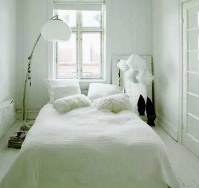 Кровать без спинки тоже хороша.