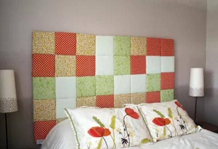 Спинка кровати, висящая на стене.