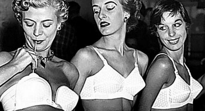 Бюстгальтеры-пули появились в конце 40-х.