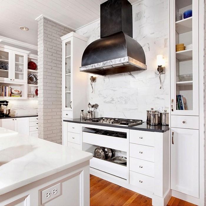 Белая кухня с стеклянными дверцами.