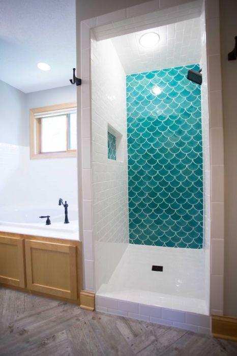 Плитка-чешуя - прекрасное решение для ванной.