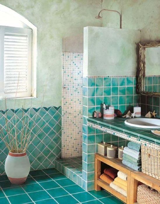 Разные текстуры прекрасно сочетаются в одной ванной.