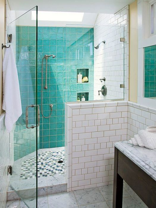 Бирюзовый глянец разграничивает зоны в ванной.